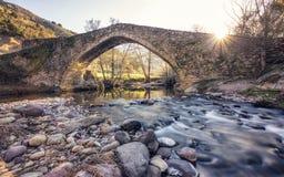 Antyczny kamienia most nad bieżącą rzeką w Corsica obraz stock