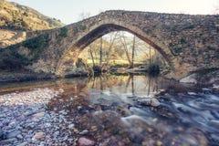 Antyczny kamienia most nad bieżącą rzeką w Corsica fotografia stock