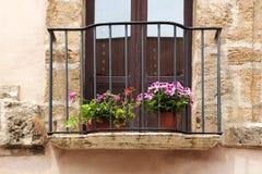 Antyczny kamienny balkon z kwiatami Obrazy Royalty Free