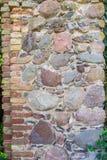 Antyczny kamienny filar w jeden kąty, z czego używać czerwony cl zdjęcia royalty free