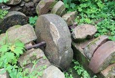Antyczny kamienny koło zaniechany wodny młyn mleć mąkę Zdjęcie Stock
