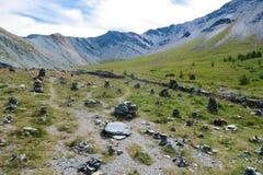 Antyczny kamienny miasteczko Yarloo halna dolina z kamiennymi zabytkami altai dzie? trwa? g?ry lato siberia Rosja zdjęcia stock