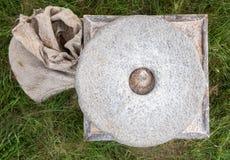 Antyczny kamienny ręka młyn z adrą Fotografia Stock