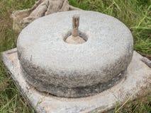 Antyczny kamienny ręka młyn z adrą Zdjęcia Royalty Free