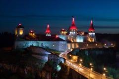 Antyczny kasztel przy nocą w Kamenetz-Podolsk zdjęcia stock