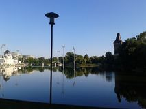 Antyczny kasztel z sztucznym jeziorem w Budapest miasta parku zdjęcie royalty free