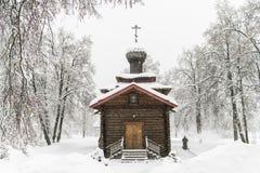antyczny kościelny drewniany Styczeń 33c krajobrazu Rosji zima ural temperatury Pracownik usuwa sn Obrazy Stock