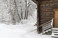 antyczny kościelny drewniany Styczeń 33c krajobrazu Rosji zima ural temperatury Pracownik usuwa sn Obraz Stock