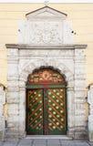 Antyczny kolorowy drewniany drzwi z dekoracją Zdjęcie Stock