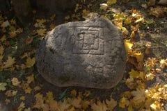 Antyczny krakingowy kamień z niewyraźnymi inskrypcjami Obrazy Stock