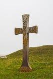Antyczny krzyż otaczający zielona trawa przy szwedzką wyspą Oland w morzu bałtyckim Obraz Royalty Free