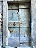 Antyczny lazurowy drzwi, rocznika stylowy wejście, historia i czas, zdjęcia stock