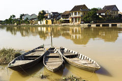 Antyczny miasteczko przeglądać od rzeki z rowboats Zdjęcia Royalty Free