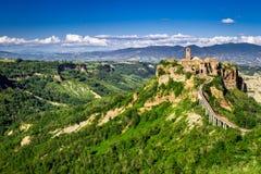 Antyczny miasto na wzgórzu w Tuscany na góry tle. fotografia stock