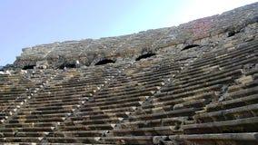 Antyczny obdrapany amfiteatr z kamiennymi siedzeniami fotografia royalty free