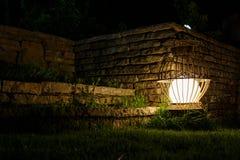 Antyczny ogrodowy lampion b?yszczy w nocy Selekcyjna ostro?? zdjęcia royalty free