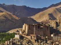 Antyczny pałac miasto Leh: budynku wielcy gliniani stojaki wśród gór nad miasto, biali Buddyjscy stupas, Ladakh, Obrazy Royalty Free
