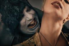 Antyczny potwora wampira demon gryźć kobiety szyję Halloween fant Zdjęcia Royalty Free
