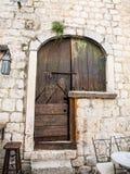 Antyczny Pytlowy drzwi w Kotor obrazy royalty free