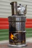 Antyczny Rosyjski samowar z otwierał ogień Przyrząd dla robić herbaty Zdjęcia Royalty Free