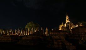 Antyczny rujnujący Wat Mahathat w Sukhothai Dziejowym parku przy nigh zdjęcia stock