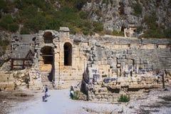Antyczny rzymianina teatr w Lycian mieście Turysty visitin Obraz Stock
