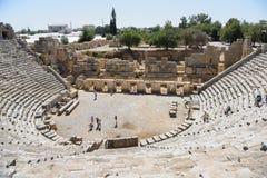 Antyczny rzymianina teatr w Lycian mieście Turysty visitin Zdjęcie Royalty Free