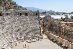 Antyczny rzymianina teatr w Lycian mieście Turysty visitin Zdjęcie Stock
