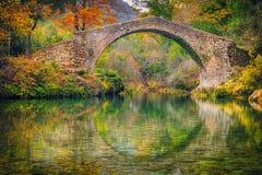 Antyczny rzymski most otaczający żółtymi drzewami obraz royalty free