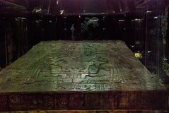 Antyczny sarkofag Pacal z bareliefami Tajemnicza postać astronauta na 20 ton pokrywie Ekspozycja muzeum archa Zdjęcia Stock