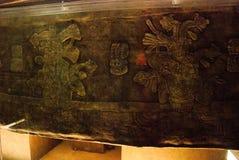 Antyczny sarkofag Pacal z bareliefami Tajemnicza postać astronauta na 20 ton pokrywie Ekspozycja muzeum archa Obrazy Royalty Free
