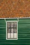 Antyczny tradycyjny staromodny drewniany okno i dachówkowy dach w Amsterdam holandie zdjęcie royalty free
