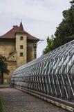 Antyczny wierza i nowożytny szklarniany budynek w Królewskim ogródzie blisko Praga kasztelu Praga cesky krumlov republiki czech m Zdjęcie Stock