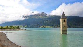 Antyczny zanurzający dzwonkowy wierza w Graun im Vinschgau zdjęcia stock