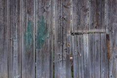 Antyczny zapamiętanie starzał się drewnianego ogrodzenie i drzwiowego kędziorek jako tło wewnątrz Zdjęcie Stock