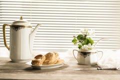 Antyków srebni naczynia, jabłko kwiaty i świeżo piec ciasta na drewnianym stole, Rocznik Obrazy Royalty Free