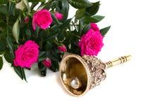 Antyka brązowy dzwon i bukiet róże Zdjęcia Royalty Free