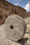 Antyka kamienny młyński koło na ulicie Fotografia Stock