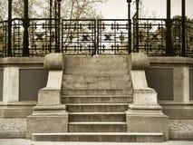 Antyka kamienny schodek z kruszcowym ogrodzeniem w sepiowym brzmieniu Zdjęcia Royalty Free