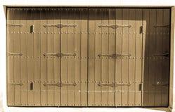 Antykwarscy Hiszpańscy stajni drzwi w cieniu na słonecznym dniu, zdjęcia royalty free