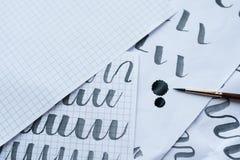 Antykwarscy kaligrafii pióra i atramentów kleksy z galanteryjnym writing na papierze Obraz Royalty Free