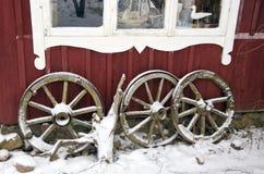 Antykwarscy końscy frachtów koła i zima śnieg Obrazy Stock