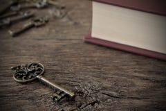 Antykwarscy metalu domu klucze i Stara książka Obrazy Stock