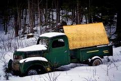 Antykwarska ciężarówka z pustym znakiem porzucającym w śniegu obraz royalty free