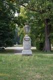 Antykwarska Dekoracyjna waza w kamienia inside parku Zdjęcia Royalty Free