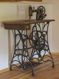 Antykwarska drewniana żelazna szwalna maszyna w strychowym pokoju Obraz Stock
