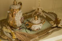 Antykwarska herbaciana usługa dekorująca w złocie Fotografia Stock
