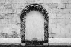 Antykwarska kamienna ściana z ornamentu łukiem w środku fotografia stock