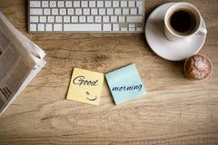 antykwarska kawa umowy gospodarczej kubek świeżego fasonował dzień dobry długopisy sceny starą maszynę do pisania Fotografia Stock