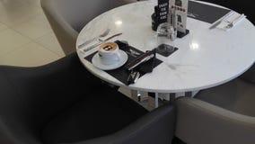 antykwarska kawa umowy gospodarczej kubek świeżego fasonował dzień dobry długopisy sceny starą maszynę do pisania Obrazy Stock